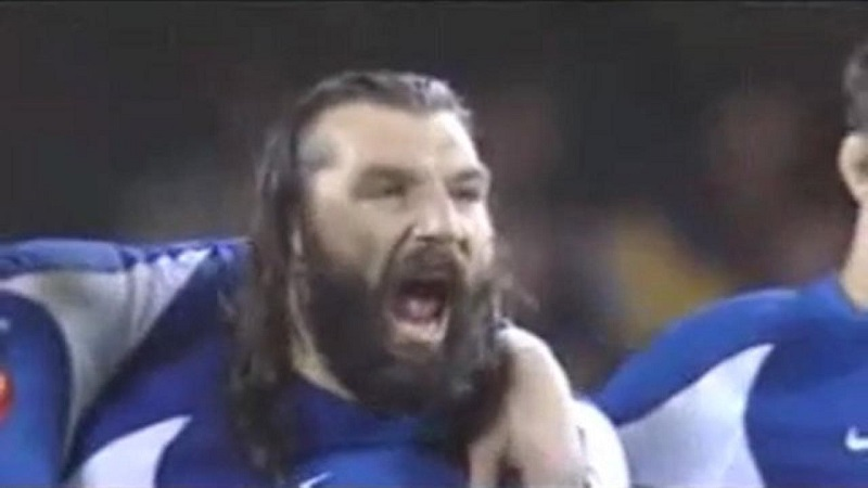 Sebastien Chabal devant le Haka des All Blacks